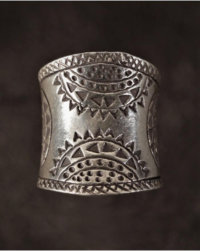 Longue bague en argent légèrement cintrée et ornée de motifs ethniques noirs -