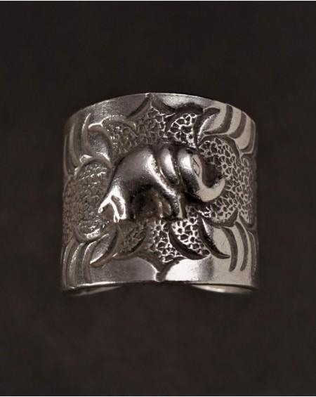 Bague ethnique en argent ornée d'un éléphant en relief à la trompe relevée -