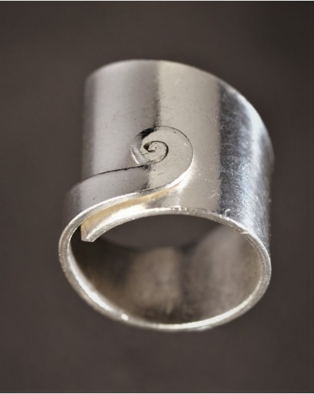 Cette bague en argent biseautée entièrement ajustable joue de son asymétrie pour vous séduire.