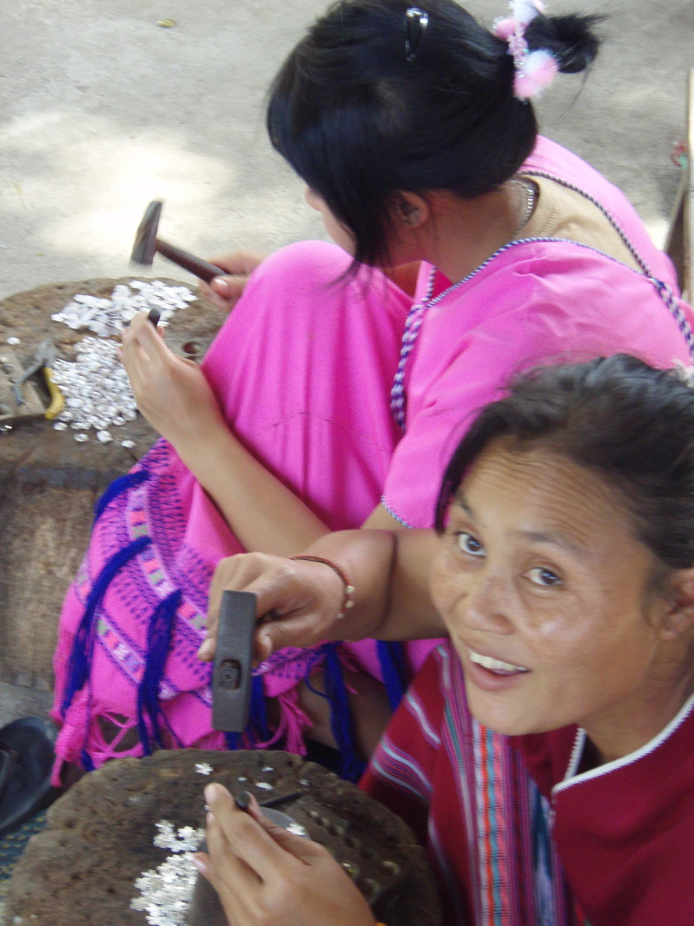 2 femmes Karens à la confection des bijoux en argent