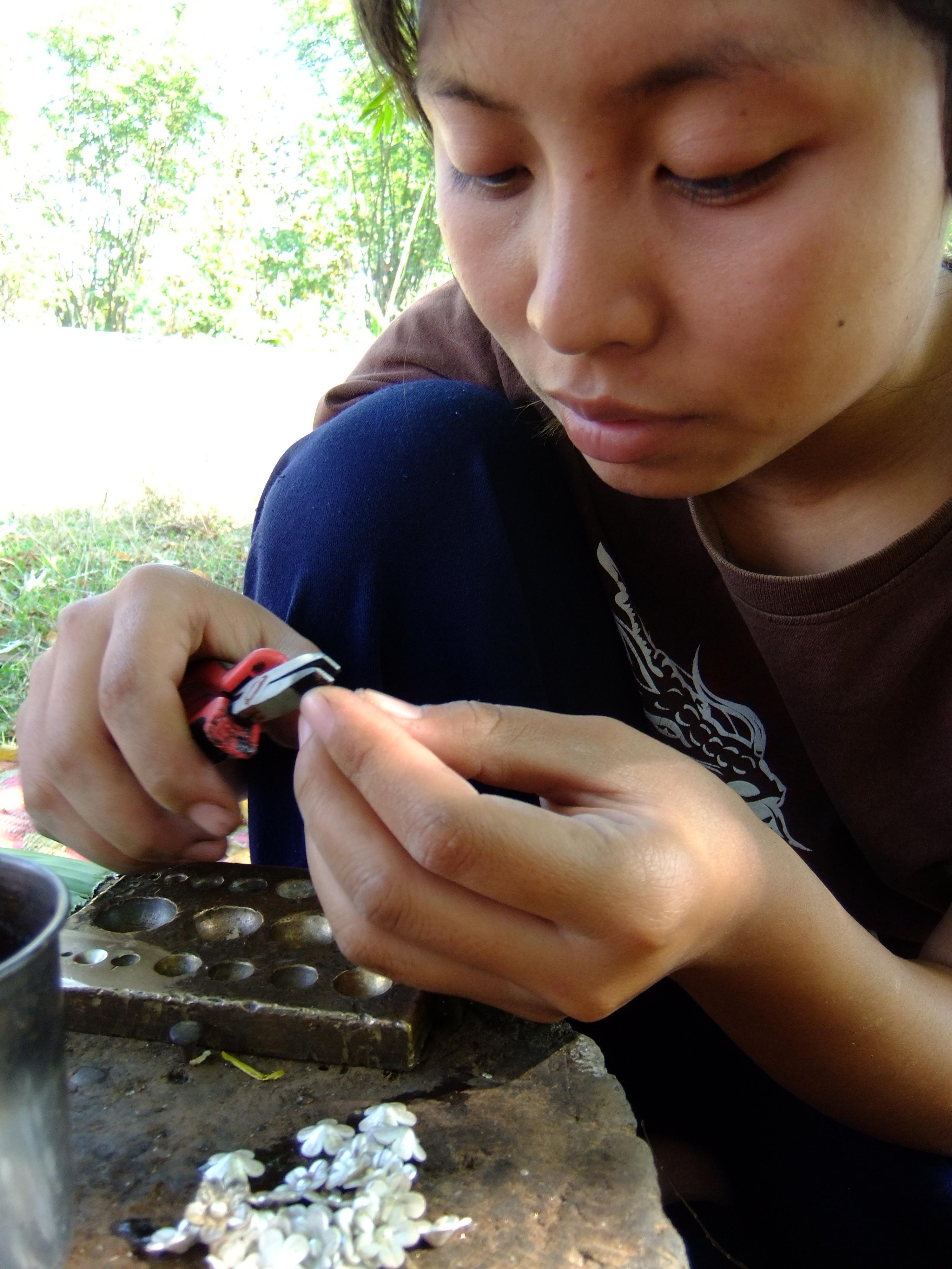 jeune fille Karen à la confection des bijoux en argent