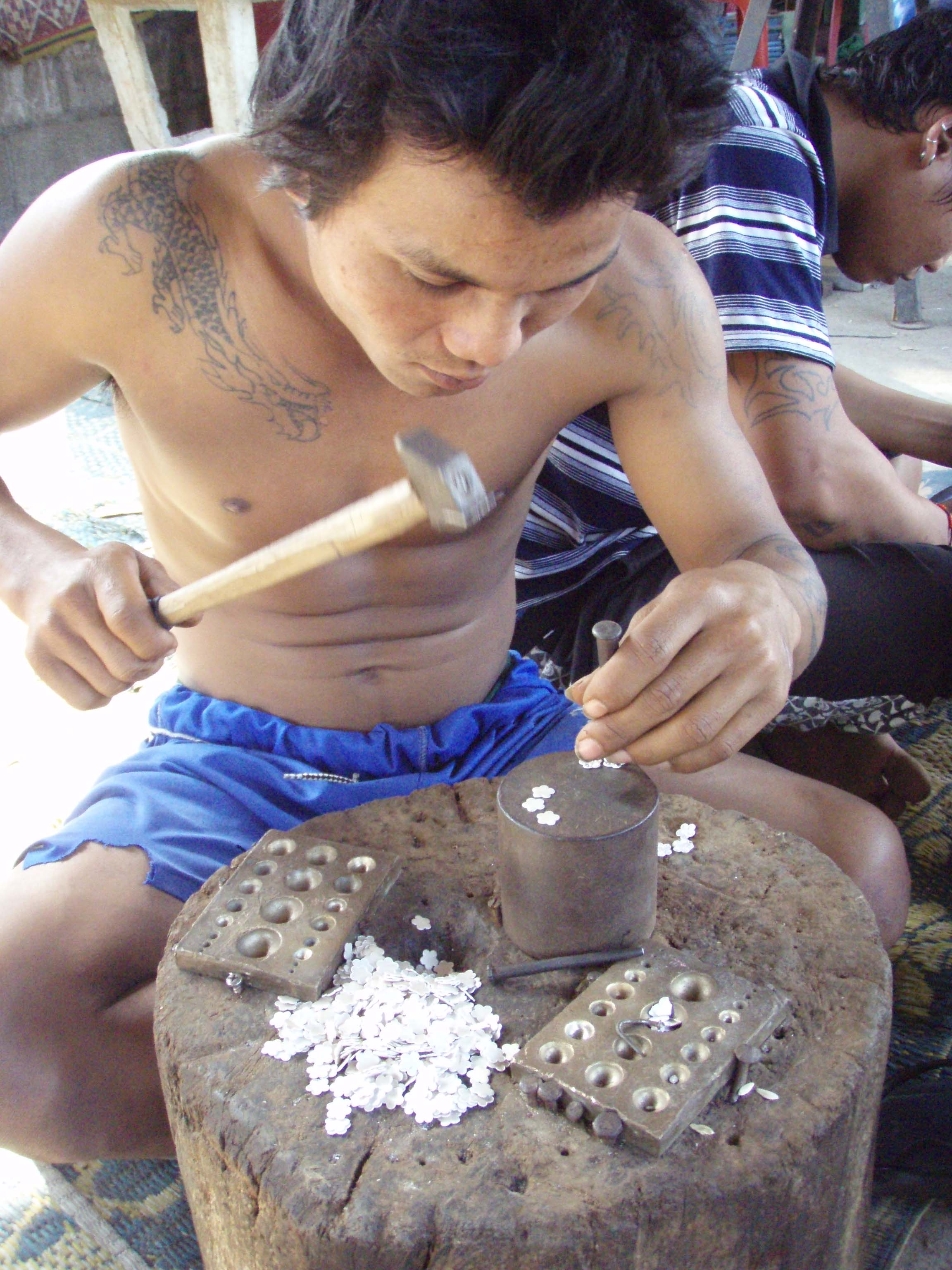 Homme Karen à la confection des bijoux en argent