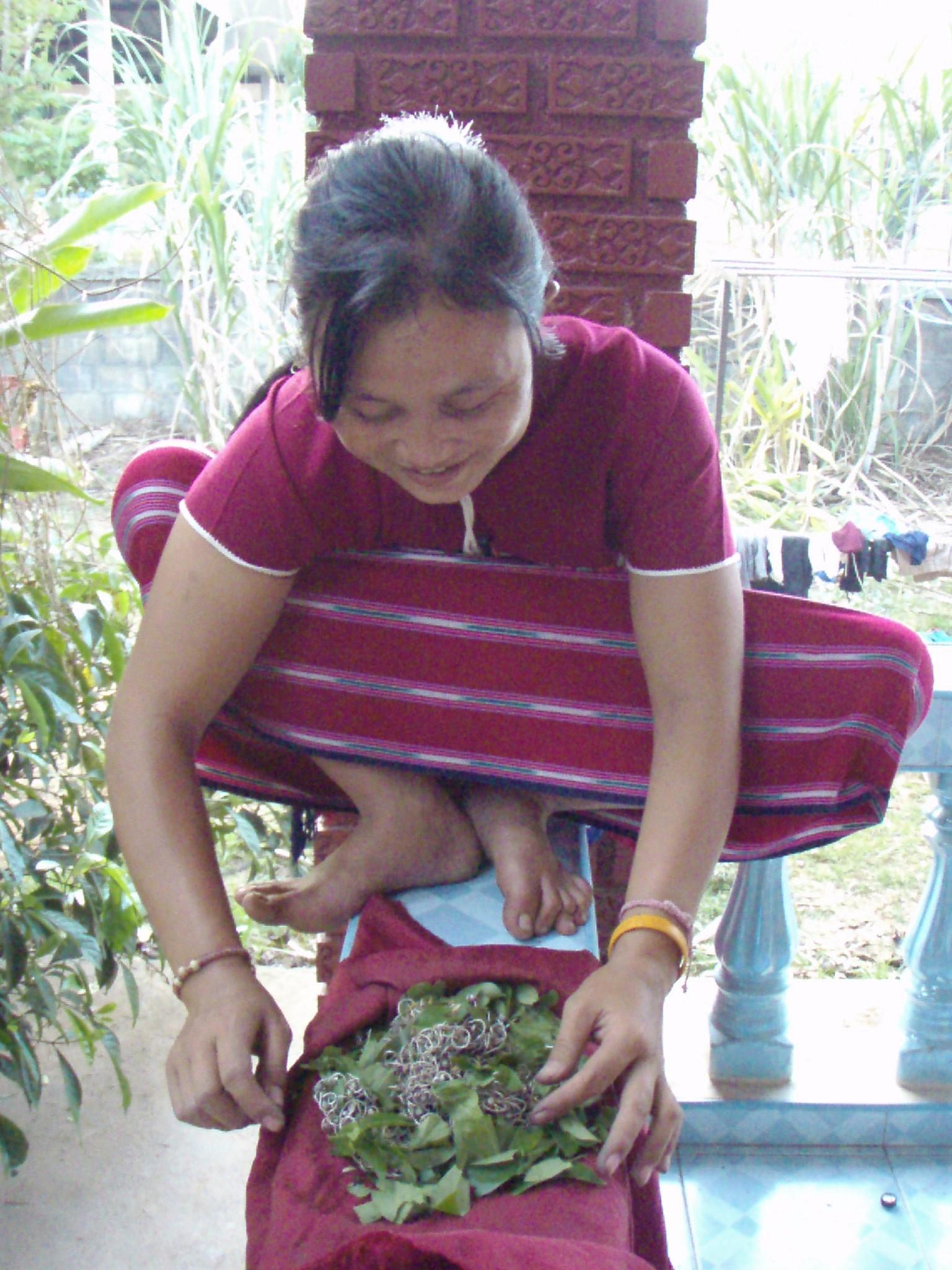 Polissage  des bijoux en argent avec des feuilles de bergamote par un femme Karen